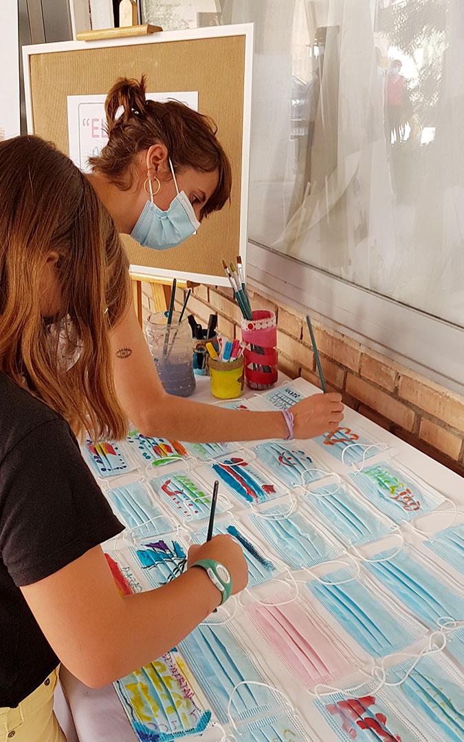 Zona para participar pintando mascarillas, protagonistas de este año covid-19. / C. Espada-Dadú