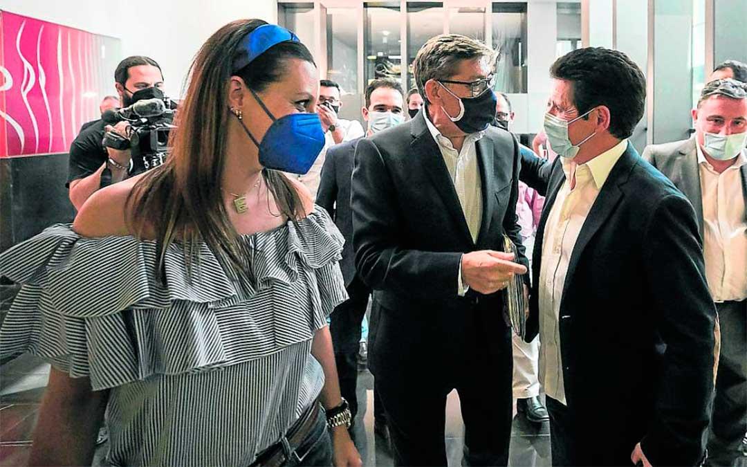 Aliaga, en el centro, a su llegada al hotel Zentro de Zaragoza en el que el PAR celebró su ejecutiva./ Guillermo Mestre