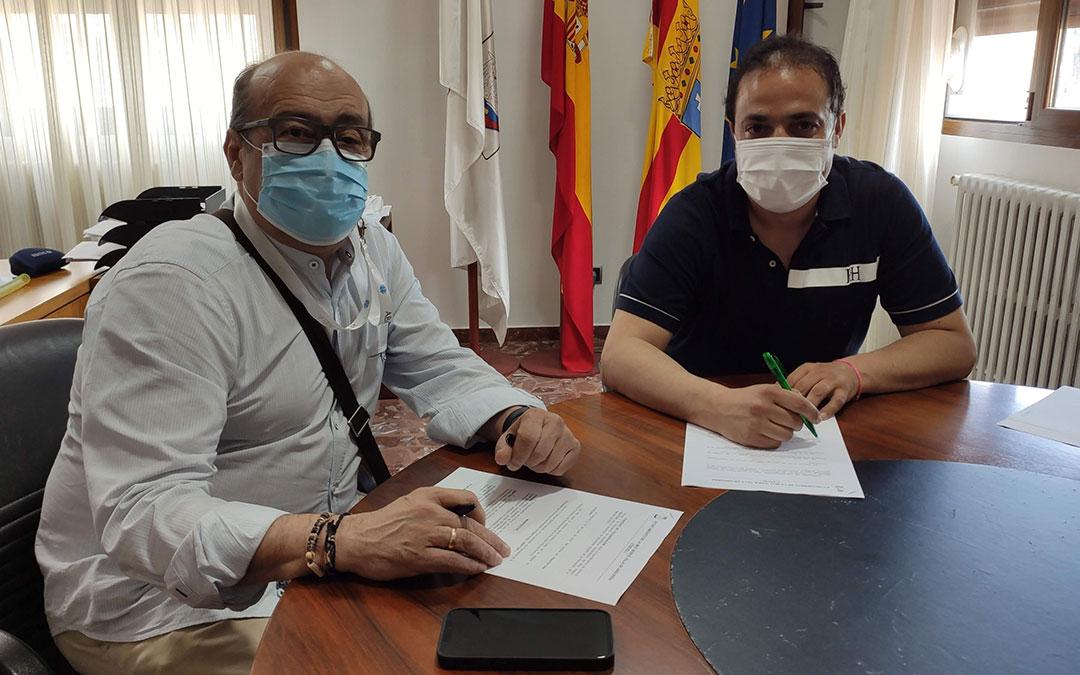 Firma del convenio entre el presidente de ABATTAR, Manuel Martín, y el alcalde de Andorra, Antonio Amador. / Ayto. Andorra
