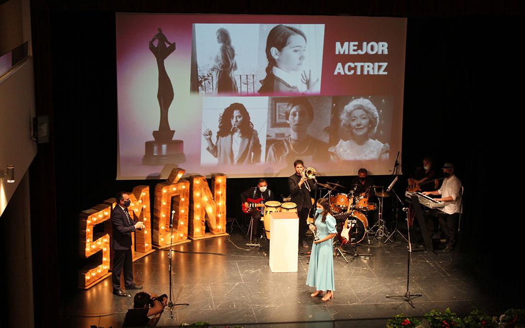 Andrea Fandos, Mejor actriz de los Simón 2021 por 'Las niñas'. Recogió la estatuilla de Ignacio Montaner, director general de Endesa en Aragón. / B. Severino