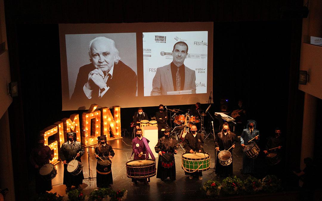 Una representación de la cuadrilla de la Ruta puso la banda sonora al In Memoriam por Antón García Abril y Jaime Fontán. / B. Severino