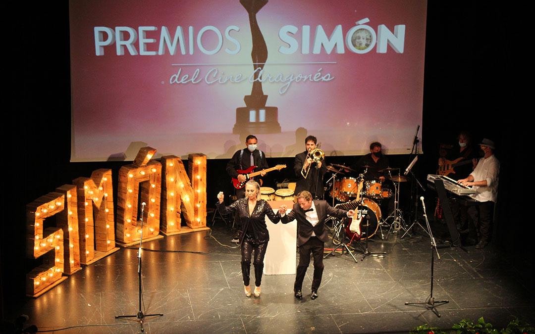 La embajadora, Miriam Díaz-Aroca, en un baile con el presidente de la ACA, Jesús Marco. / B. Severino