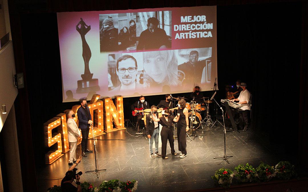 Representantes del festival de Huesca y de los Premios de la Música Aragonesa entregaron al equipo de 'Souvenir' el Simón a Mejor dirección artística. / B. Severino