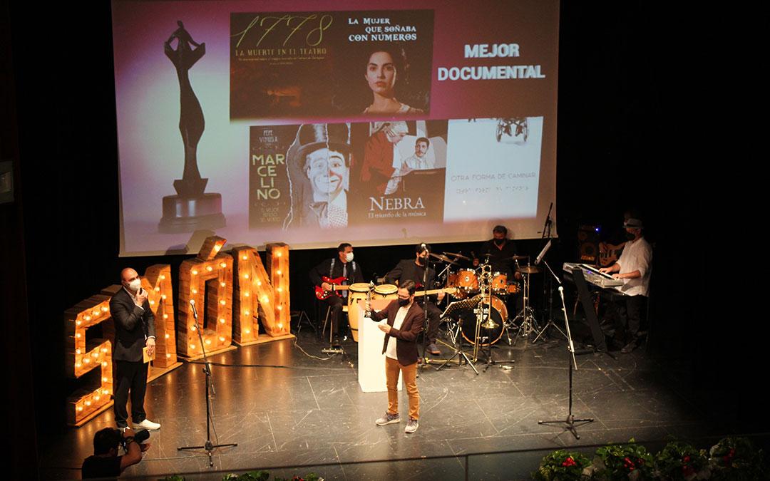 Roda, Mejor documental, premio que recogió del director de Cultura de la DGA, Víctor Lucea. / B. Severino