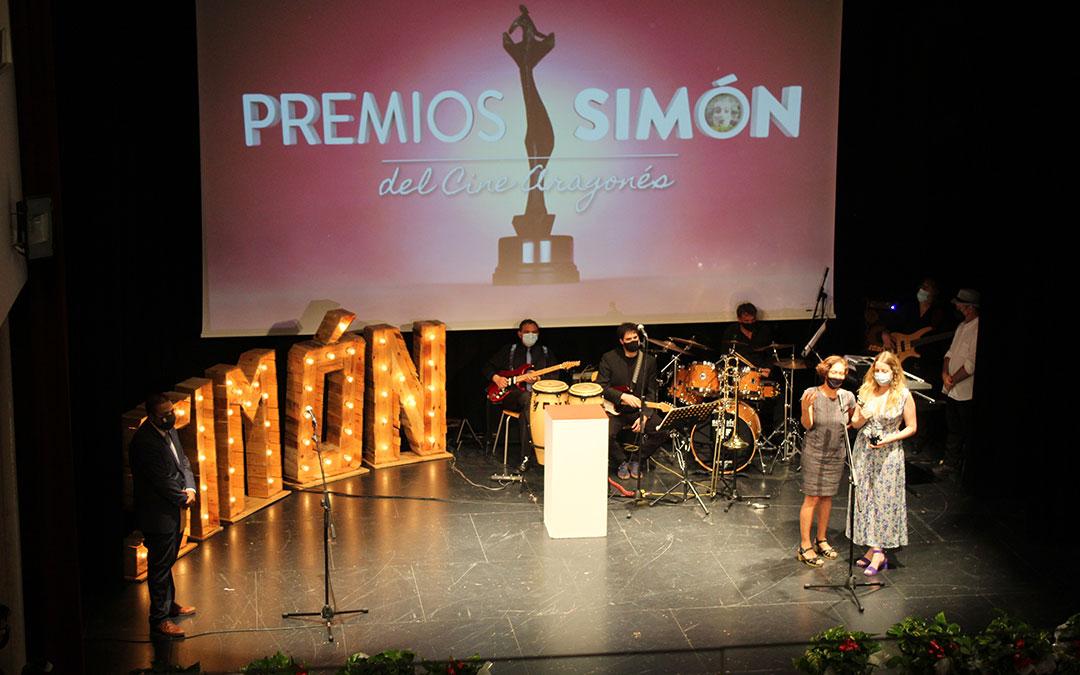 Pilar Palomero y Valérie Delpierre recogieron el Premio Simón a Mejor Largometraje por 'Las niñas' de manos del alcalde de Andorra, Antonio Amador. / B. Severino