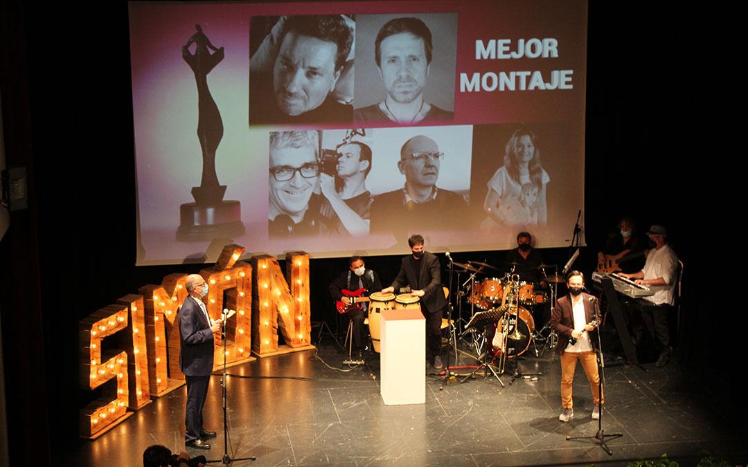 Germán Roda recogió de manos de la Universidad San Jorge el premio a Mejor Montaje por 'Marcelino, el mejor payaso del mundo'. Fue también Mejor documental y fotografía. / B. Severino