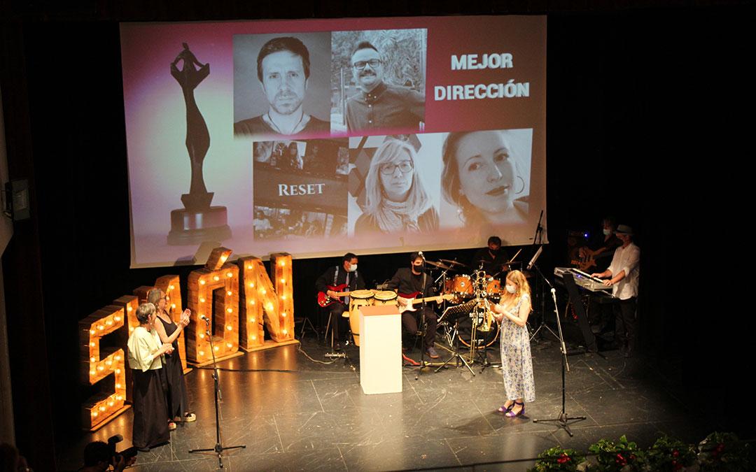 Mª José Moreno y Luisa Gavasa, dúo que reivindicó el papel de las actrices 'setenters', entregaron a Pilar Palomero el premio a Mejor dirección. / B. Severino