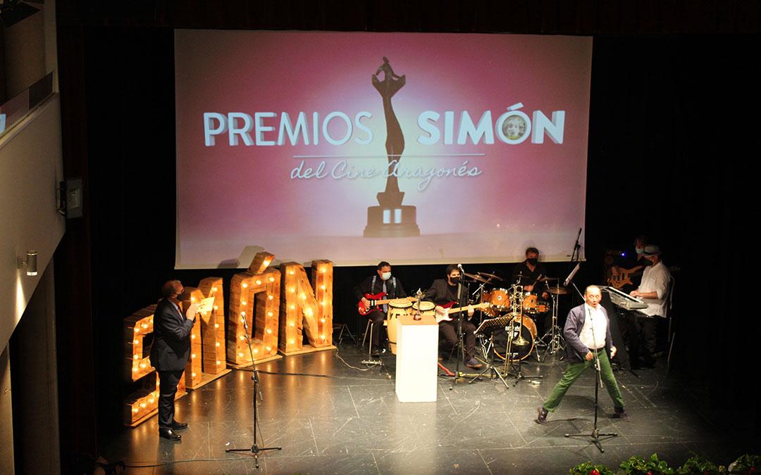 'En racha' se llevó el premio a Mejor Cortometraje que entregó el presidente de la DPT, Manuel Rando / B. Severino
