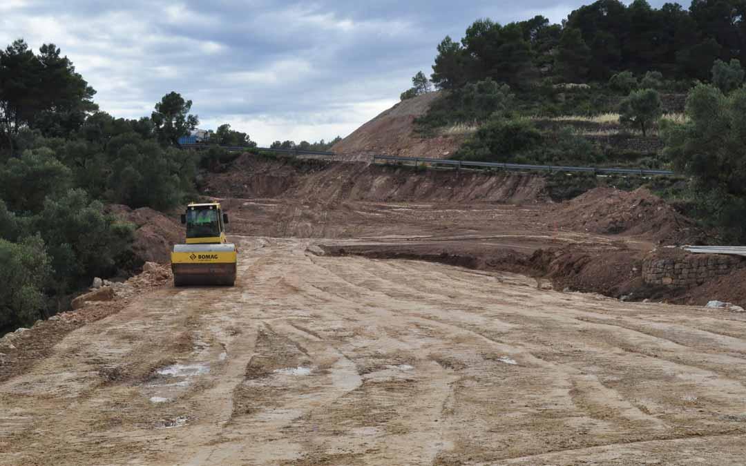 El nuevo tramo en el que DPT está actuando apenas tiene una longitud de 700 metros pero salva un barranco y reviste de cierta complejidad. J.L.