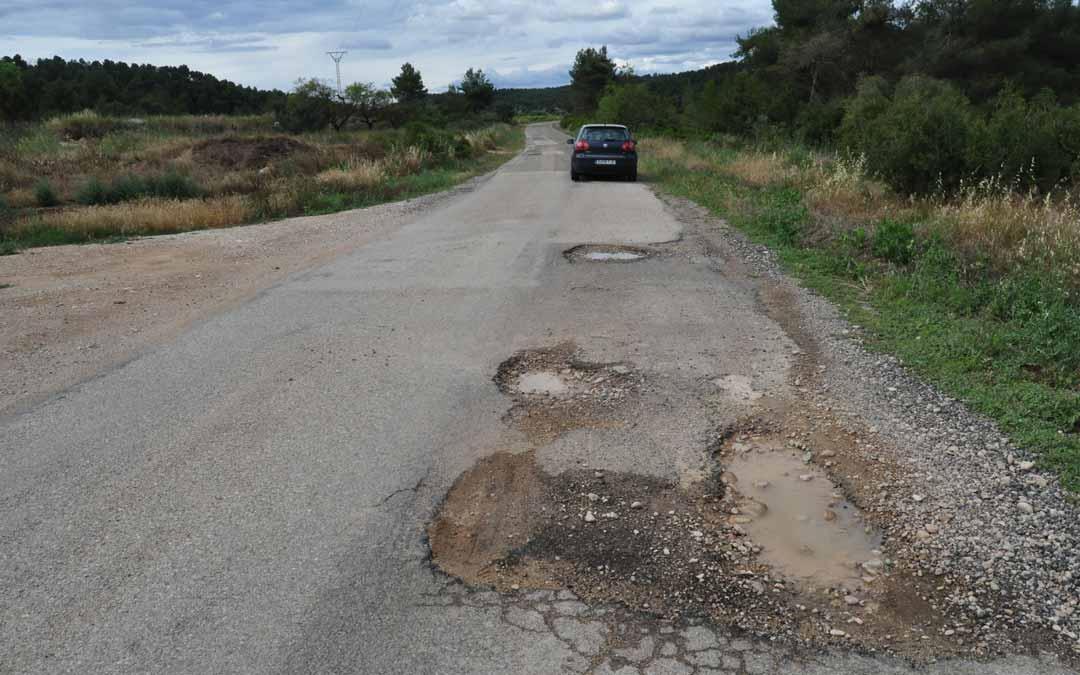 La carretera entre Arens de Lledó y las vecinas Lledó y Horta de Sant Joan presenta multitud de peligrosos baches. J.L.
