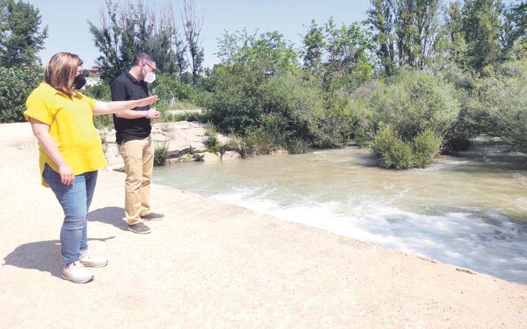 El alcalde de Aguaviva, Aitor Clemente, y la alcaldesa de Mas de las Matas, María Ariño, observando las afecciones en el río Guadalope aguas abajo de Santolea. / AYTO. MAS DE LAS MATAS