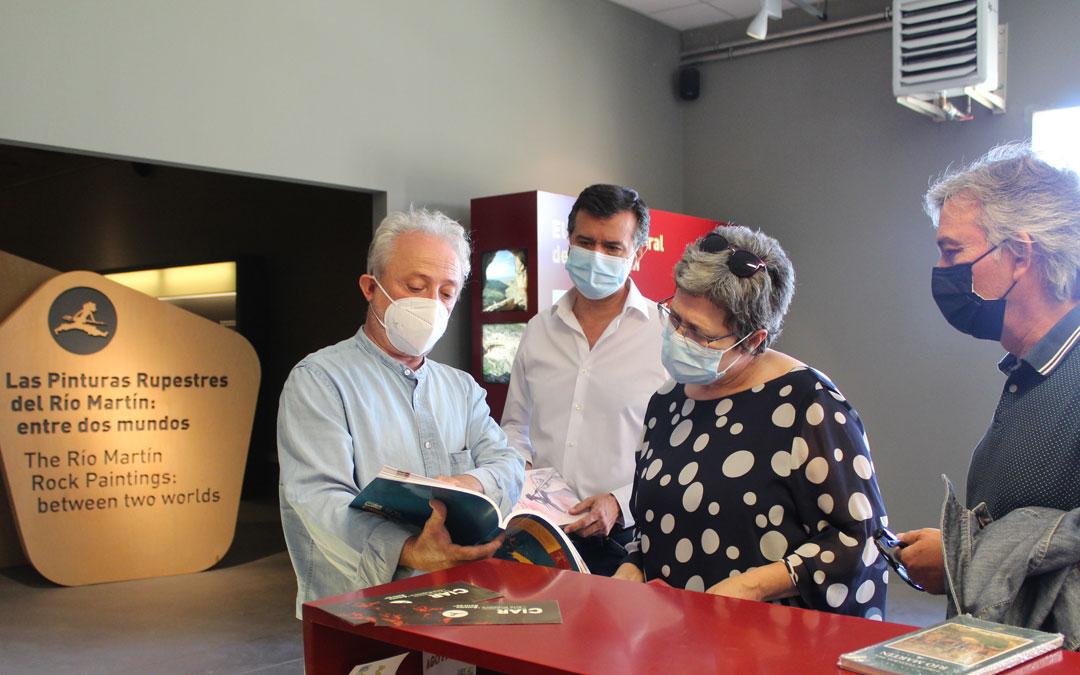 El gerente del Parque, José Royo, muestra una de las publicaciones a la Directora de Patrimonio de la DGA, Marisancho Menjón. / B. Severino