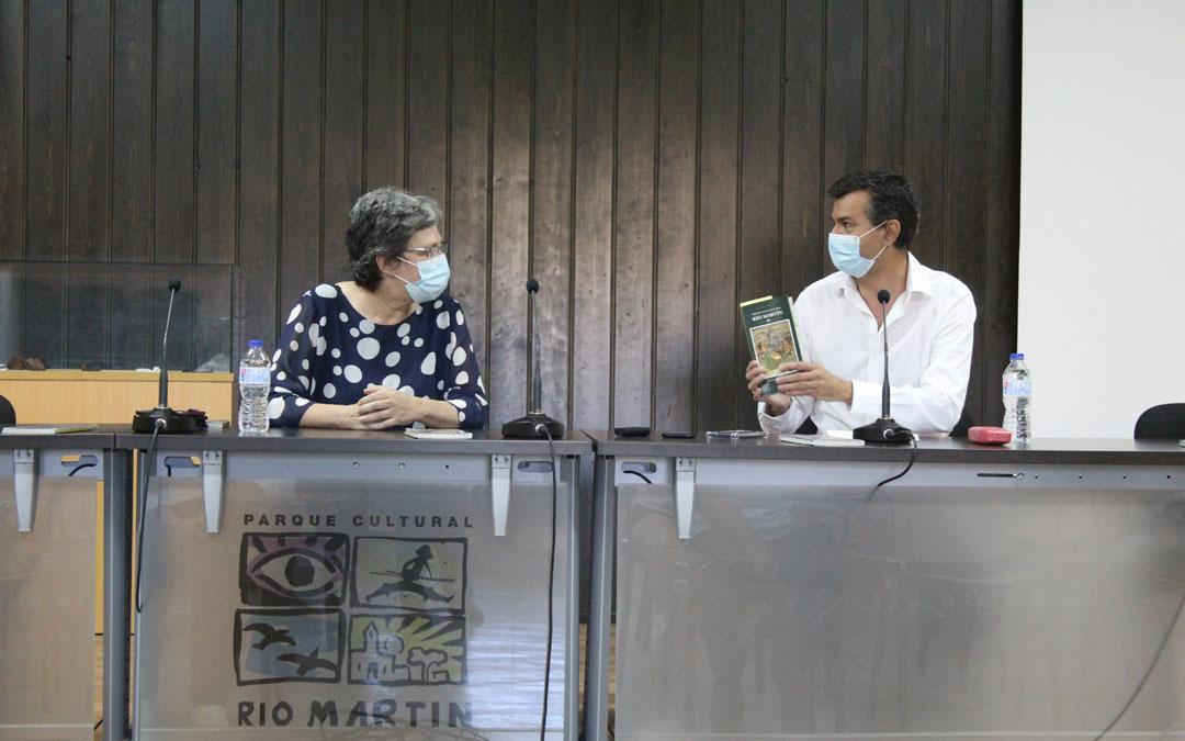 El presidente del Parque Cultural del Río Martín, Joaquín Noé; sostiene la guía reeditada con motivo del 25 aniversario en presencia de la Directora de Patrimonio de la DGA, Marisancho Menjón. / B. Severino