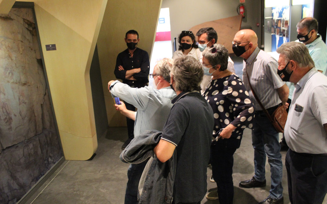 José Royo, gerente del Parque Cultural del Río Martín, explica el funcionamiento de la app sobre uno de los paneles del propio centro de interpretación en Ariño. / B. Severino