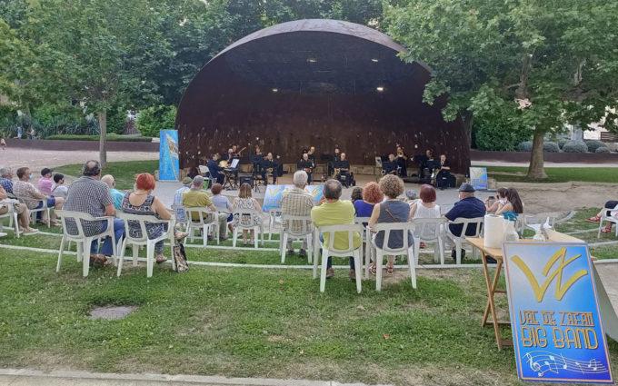 El jazz de la Big Band Val de Zafán suena en la Glorieta de Alcañiz