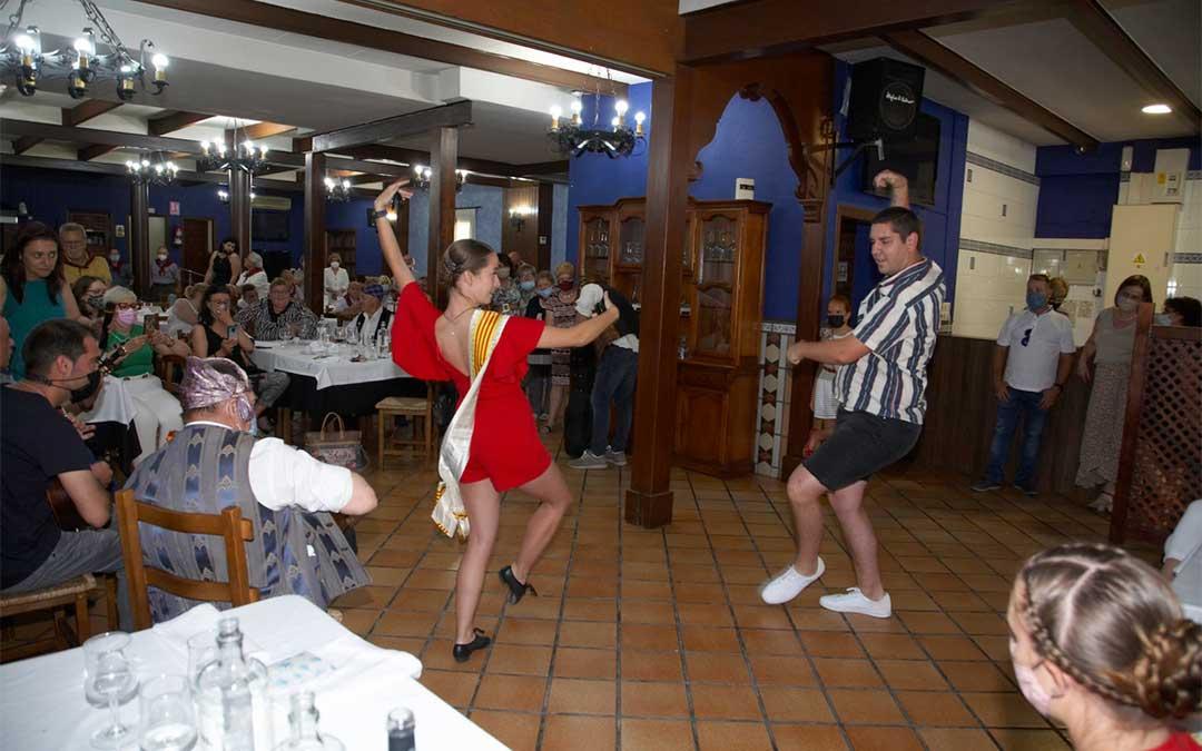 Los asistentes a la comida disfrutaron de múltiples bailes./ Javier Pellicer