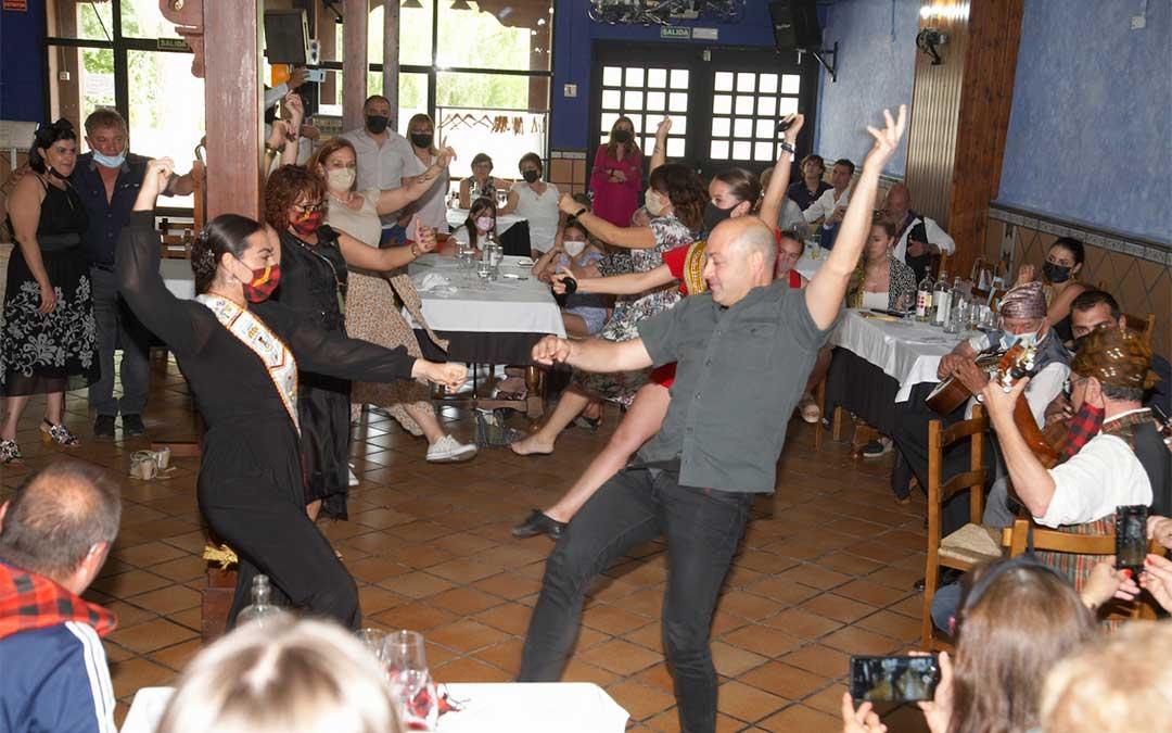 Las jotas amenizaron la comida de 'El Cachirulo' de Alcañiz./ Javier Pellicer