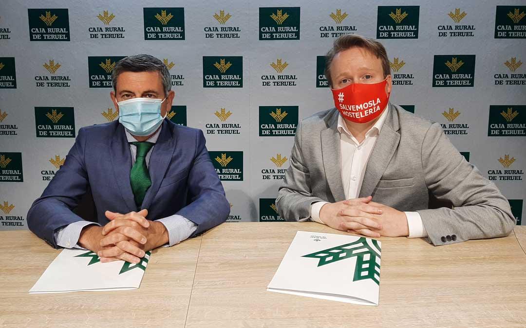Firma del acuerdo ha entre Roche Murciano, presidente de Teruel Empresarios Turísticos, y Ángel Espinosa, Jefe del Área de Negocio de Caja Rural de Teruel / Caja Rural