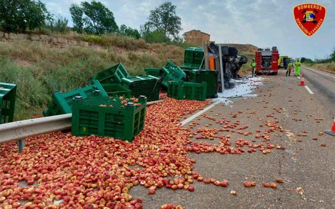 Un camionero resulta herido en Caspe tras volcar la carga de fruta que transportaba
