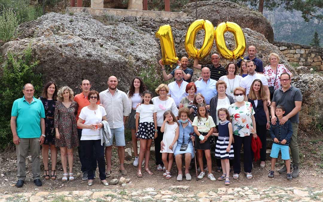 Carmen Vidal, en el centro, rodeada de su familia durante la celebración de su 100 cumpleaños en el entorno del Santuario de la Virgen de Arcos, en Albalate. Posan sin mascarilla justo para la toma de la instantánea./ L.C.
