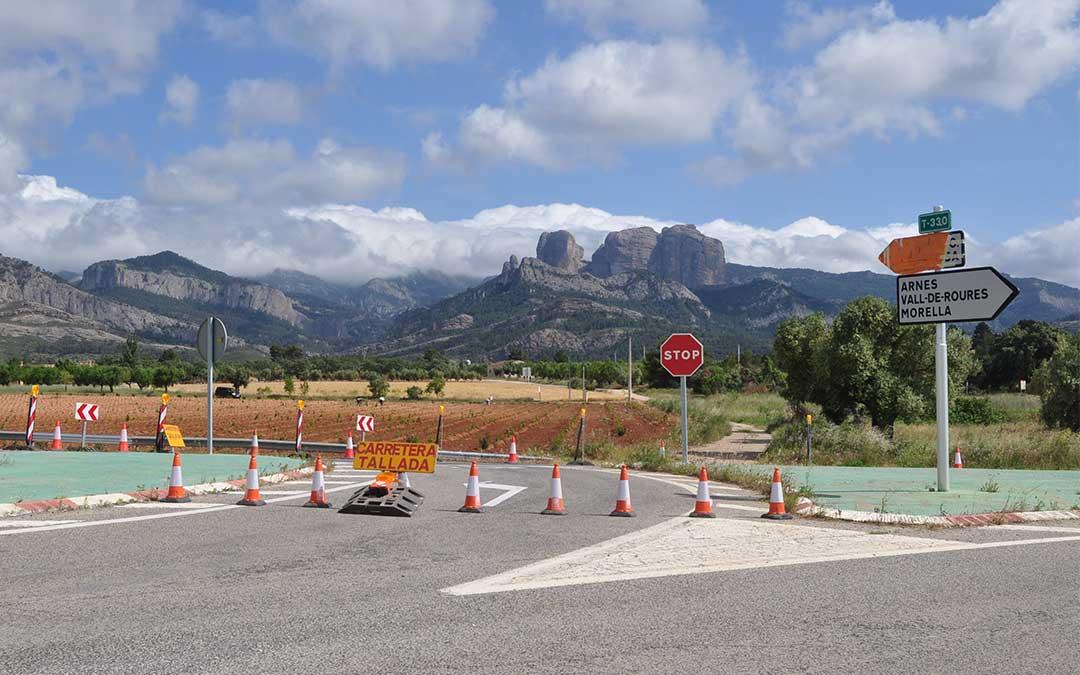 La carretera está cortada a partir del cruce con Horta de Sant Joan./ J.L.