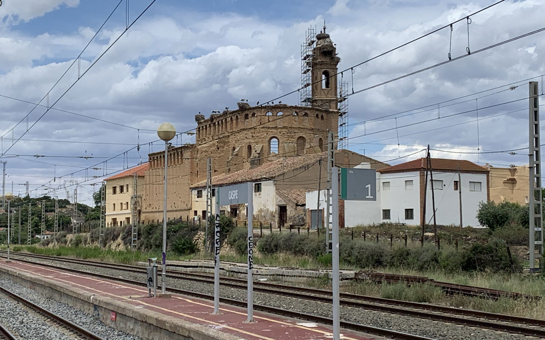 El Convento de Santo Domingo de Caspe este domingo desde la estación. Con los andamios, nidos y cigüeñas conviviendo. / M. Q.