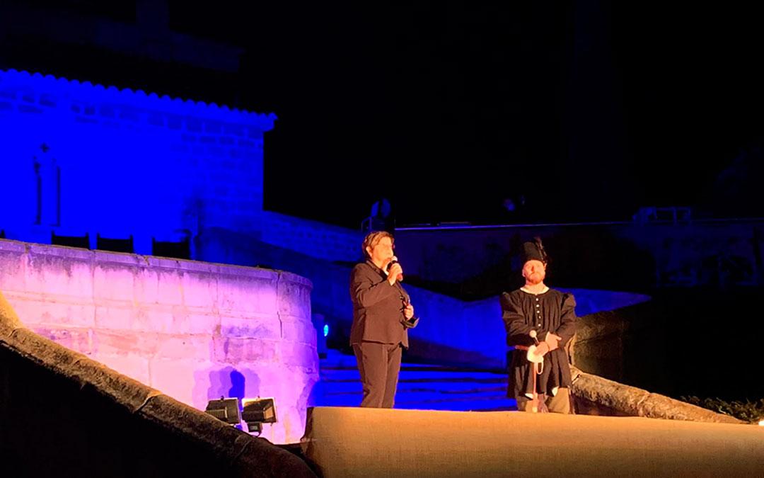 La alcaldesa de Caspe, Pilar Mustieles, y Darío Español, uno de los responsables de organización del Compromiso, instantes antes de que arrancara la representación del acto principal./ E.P.