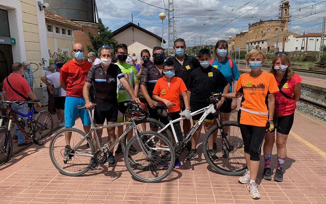 Los ciclistas de Samper tras llegar a la estación de Caspe. / M. Q.