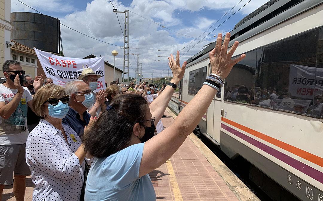 Llegada este domingo del tren a la estación de Caspe. / M. Q.