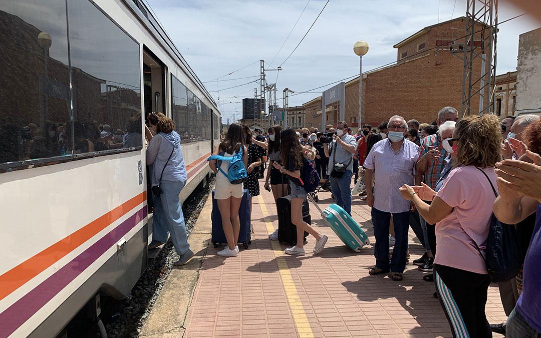 Jóvenes estudiantes cogiendo un tren dirección Barcelona ante la atenta mirada de los manifestantes en la última movilización en Caspe. / M. Q.
