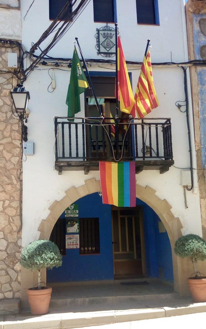 Castelnou, con apenas cien personas censadas, fue una de las poblaciones que sacó su bandera al balcón del ayuntamiento. En este caso, por primera vez. /Ayto. Castelnou
