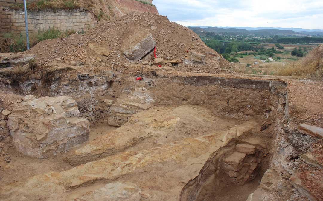 En la zona más alejada del Hogar se han encontrado varios pilares del Cuartelillo que están cegando una bodega anterior con escaleras. / L. Castel