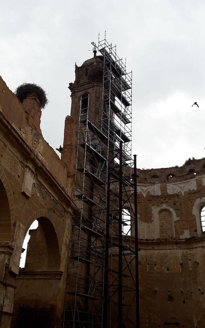 Los andamios colocados en el Convento de Caspe. / ANIMALISTAS BAJO ARAGÓN