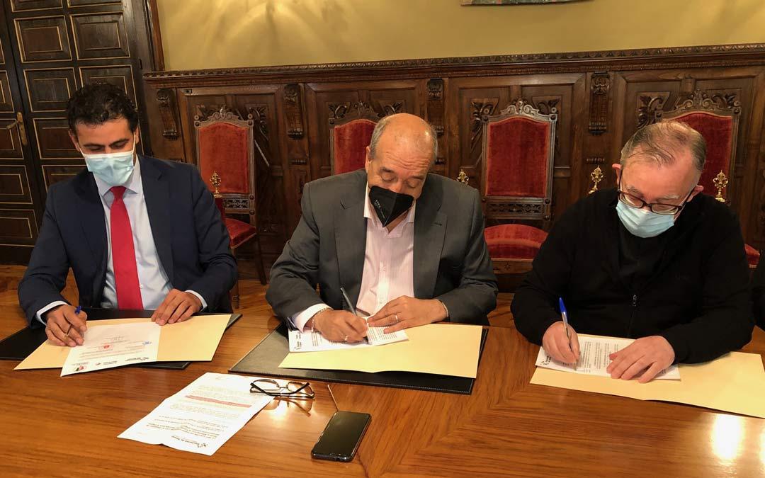 Manuel Rando, presidente de la Diputación de Teruel; Alfonso Belenguer, administrador de la Diócesis de Teruel y Albarracín; y Carlos Sánchez, en representación de la Fundación Ibercaja durante la firma del convenio./DPT