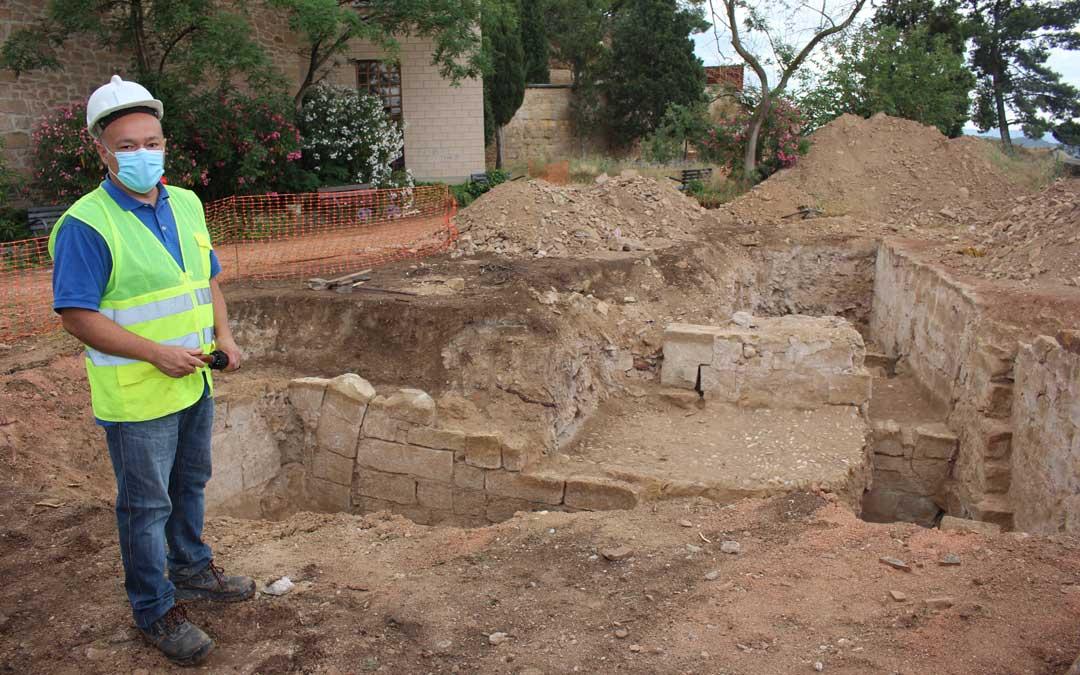 El arqueólogo Javier Gutiérrez en una cata en la que puede apreciar un arco, empedrado y el muro / L. Castel