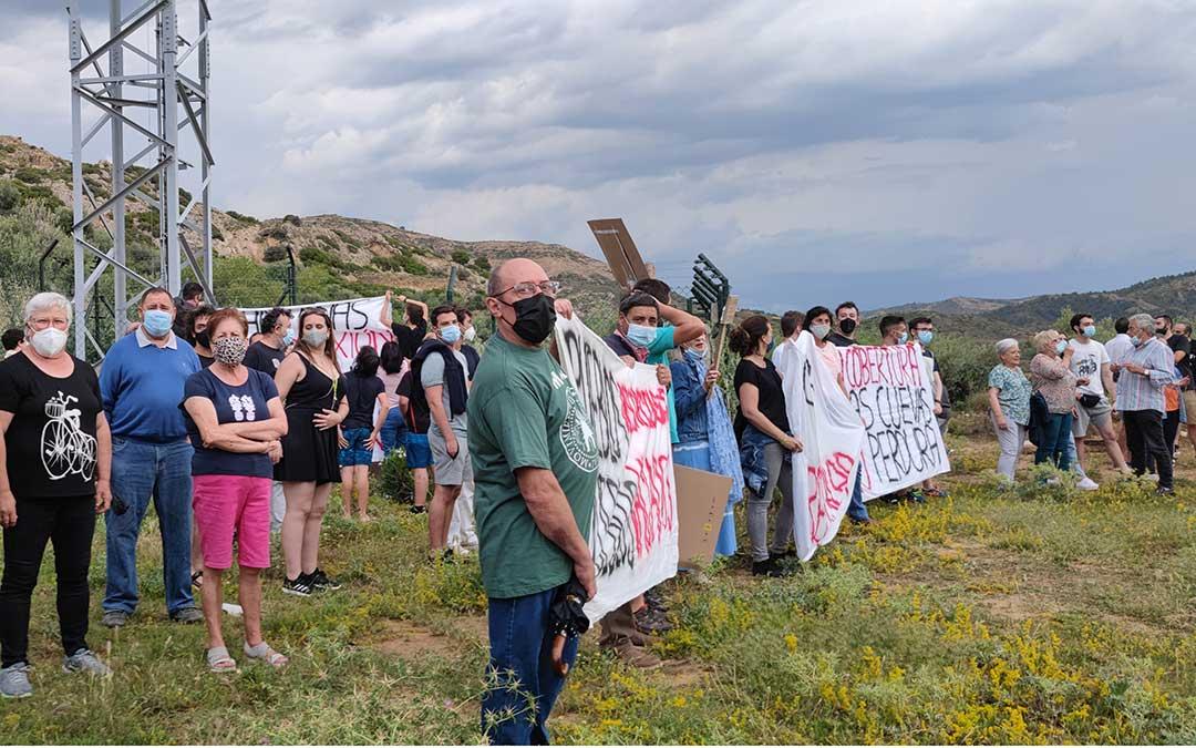Vecinos de Las Cuevas de Cañart concentrados con pancartas en la zona donde hace ya un año se instaló la torre de telefonía./ M.C.