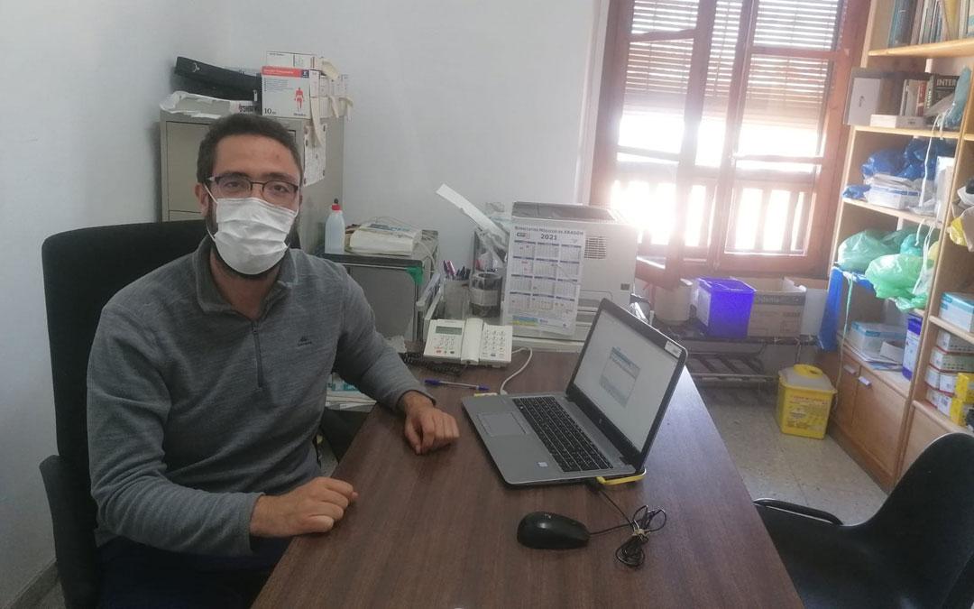 El joven de Fórnoles Daniel Ferrer es el coordinador del Centro de Salud de Valderrobres y médico de Monroyo, Torre de Arcas y Herbés (Castellón). En la imagen, este jueves en el consultorio monrogino / La Comarca
