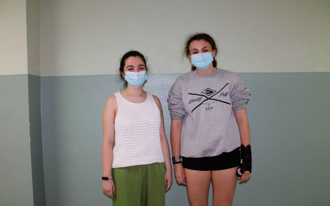 Laura Sancho, a la izquierda, ha escrito lo que Diana Rodriguez le ha dictado / Fuente: Pilar Sariñena