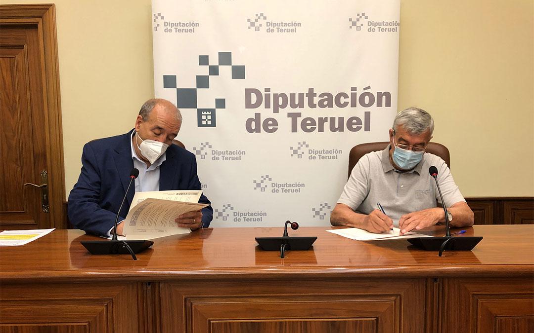 Manuel Rando junto a José Luis Gómez firmando el convenio./ DPT