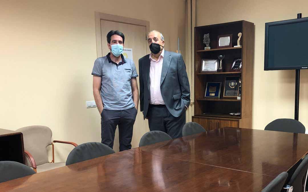 El presidente Rando con el diputado Pedro Bello en la Sala de Comisiones que llevará el nombre de Ramón Segura