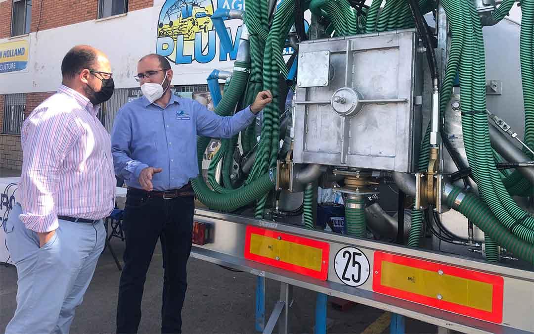 Izquierdo y Plumed junto a un prototipo de sistema que ya se está utilizando en distintas provincias españolas./ DPT