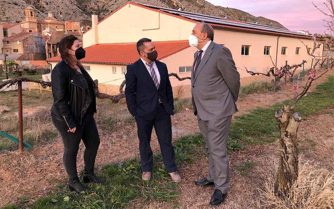 El alcalde de Foz Calanda, Xabier Tarzán, muestra las obras que va a realizar o financiar al presidente Manuel Rando y a la diputada María Ariño./ DPT