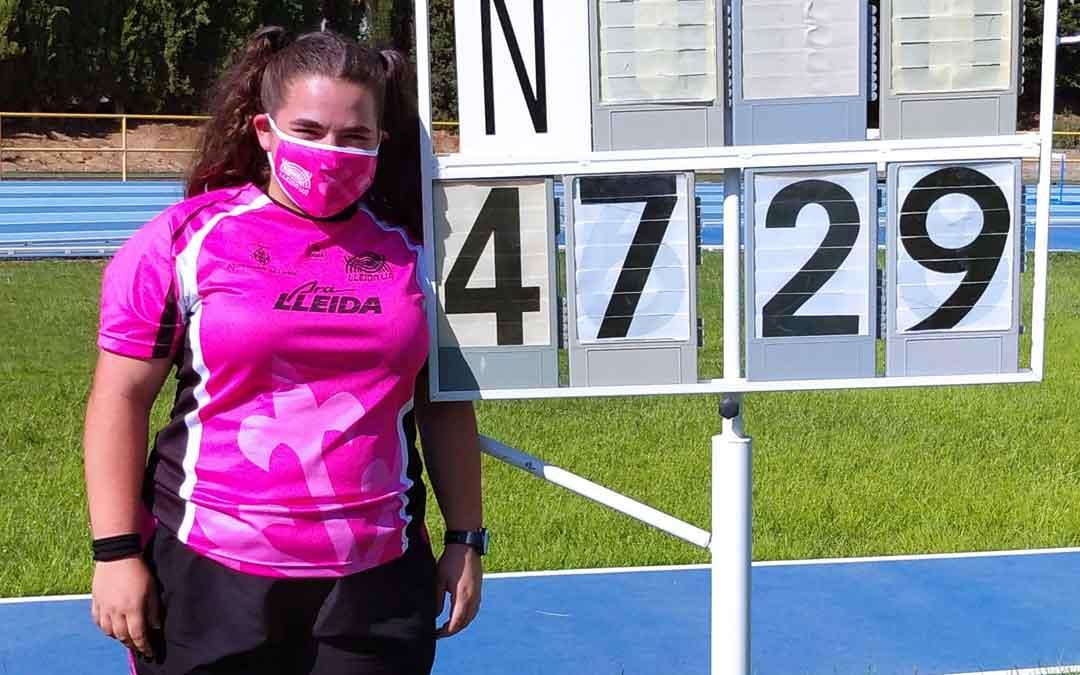 Elena junto al marcador en el que se puede ver el récord establecido. Foto. J.S.