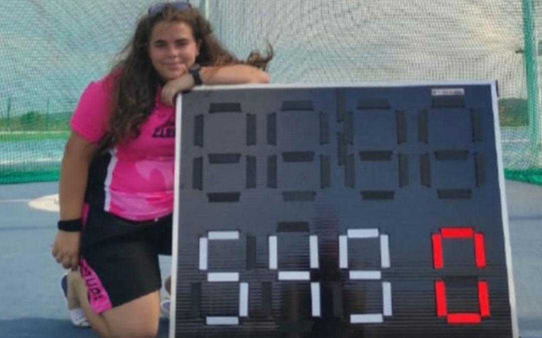 Elena junto al marcador donde queda reflejado su nuevo récord. Foto. J.S.