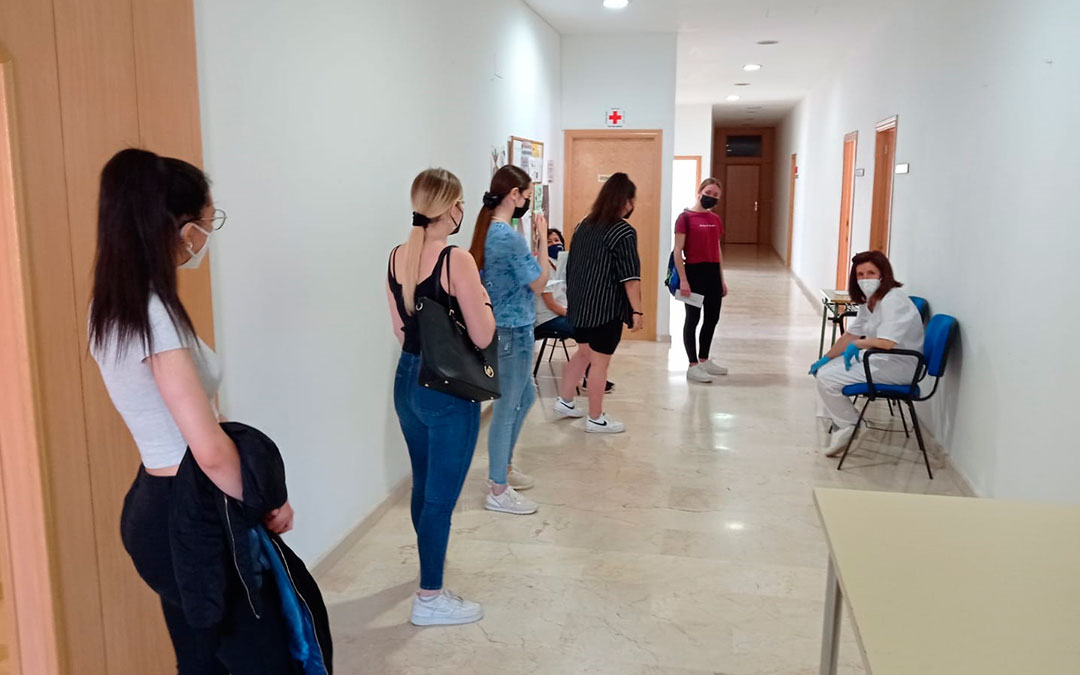 Estudiantes esperando para examinarse de la Evau en el IES Lázaro Carreter de Utrillas./ L.C.