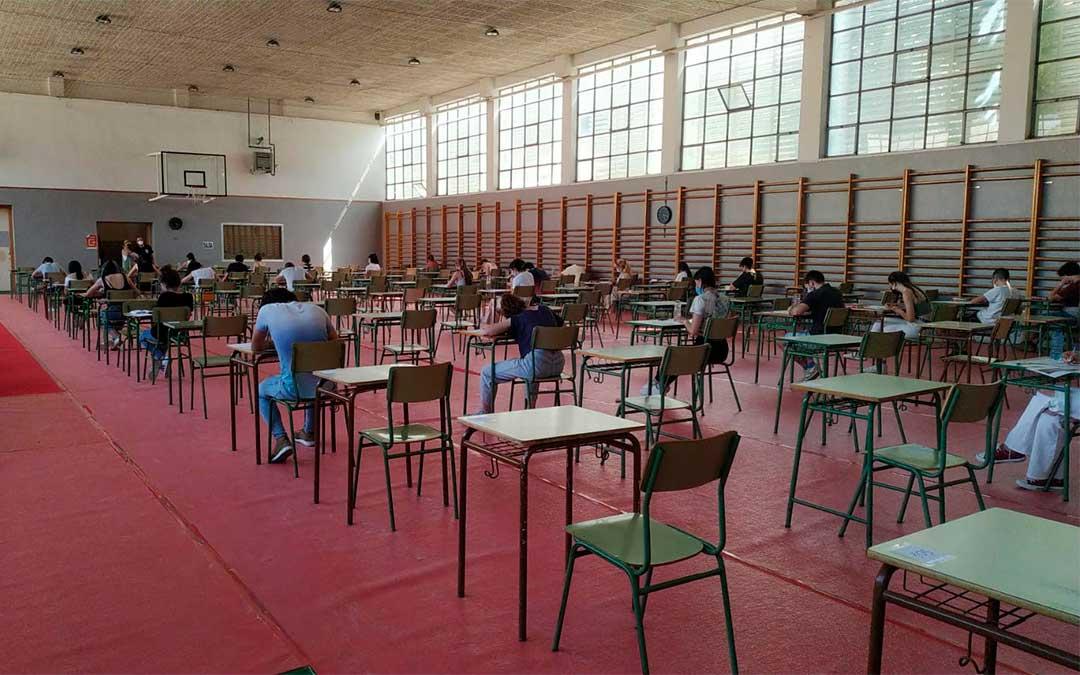 Los estudiantes del IES Bajo Aragón realizan la Evau en el pabellón polideportivo del centro./ L.C.