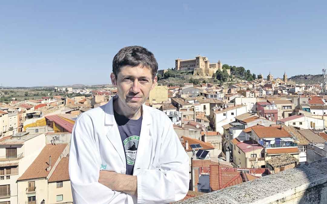 El Jefe de Medicina Interna del Hospital de Alcañiz, Francisco Marcilla, en la azotea del Hospital Comarcal. Un lugar para desconectar de las largas jornadas laborales con unas vistas excepcionales. Al fondo, el Castillo. / M. Q.