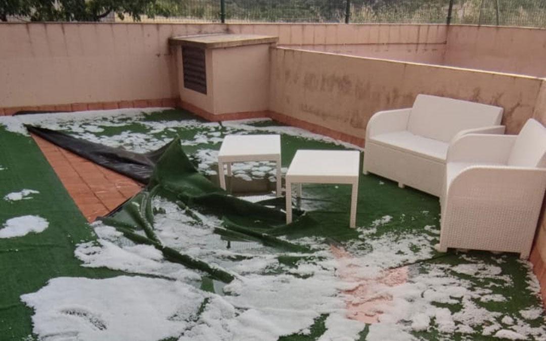 Granizo en la terraza de una vivienda en Fuentespalda tras el paso de la tormenta, este sábado./ Pilar Caldú