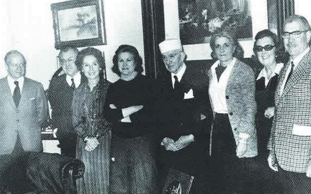 Don Galo Leoz con su familia en uno de sus cumpleaños con su característico gorro blanco. / Archivo familia Leoz recogidas en el libro de Antonio Bergua Aznar 'Galo Leoz' (1990) Colección 'Los aragoneses'.
