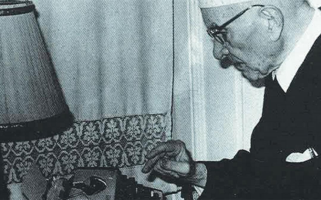 Escribiendo en su máquina, una de sus grandes aficiones. / Archivo familia Leoz recogidas en el libro de Antonio Bergua Aznar 'Galo Leoz' (1990) Colección 'Los aragoneses'.